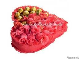 Яркое Сердце из конфет в розовом цвете